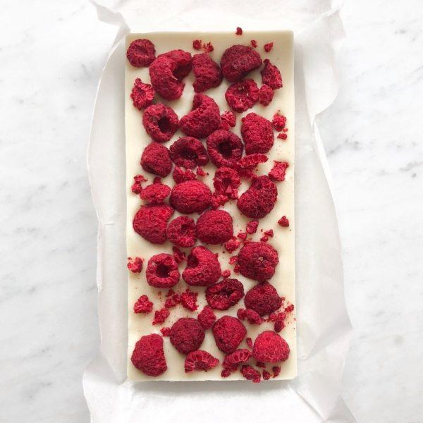 Чтобы добавить изюминки плитке, в массу добавляют ягоды, например, малину