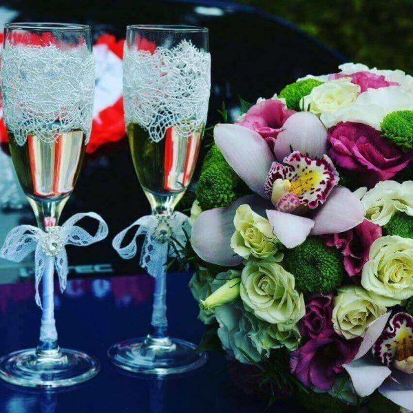 Как украсить свадебные бокалы кружевом