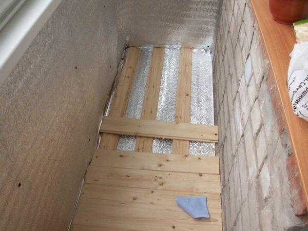 Підлога на балконі з піддонів
